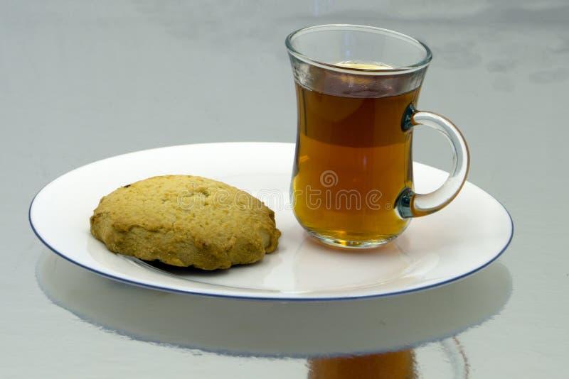 Café da manhã em um chocolate de Apple das uvas do suco de laranja do croissant do café da tabela do branco foto de stock
