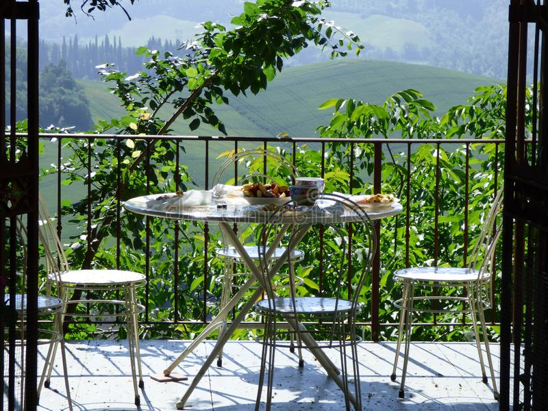 Café da manhã em um pátio com uma vista de Toscânia imagens de stock