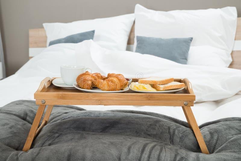 Café da manhã em uma bandeja da tabela imagem de stock royalty free