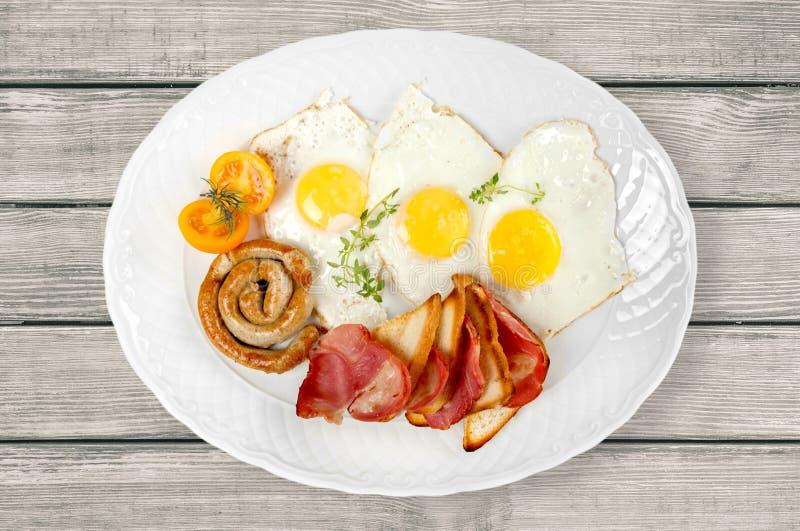 Café da manhã excelente do close-up dos ovos fritos e do presunto foto de stock