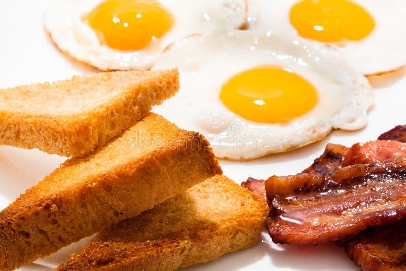 Café da manhã excelente do close-up dos ovos fritos e do presunto fotos de stock royalty free