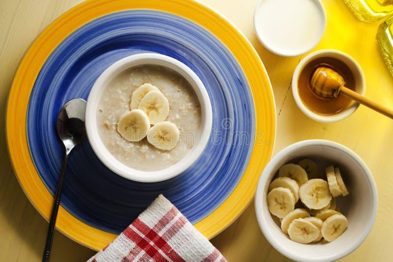 Café da manhã da farinha de aveia com sombra dourada orgânico fotografia de stock