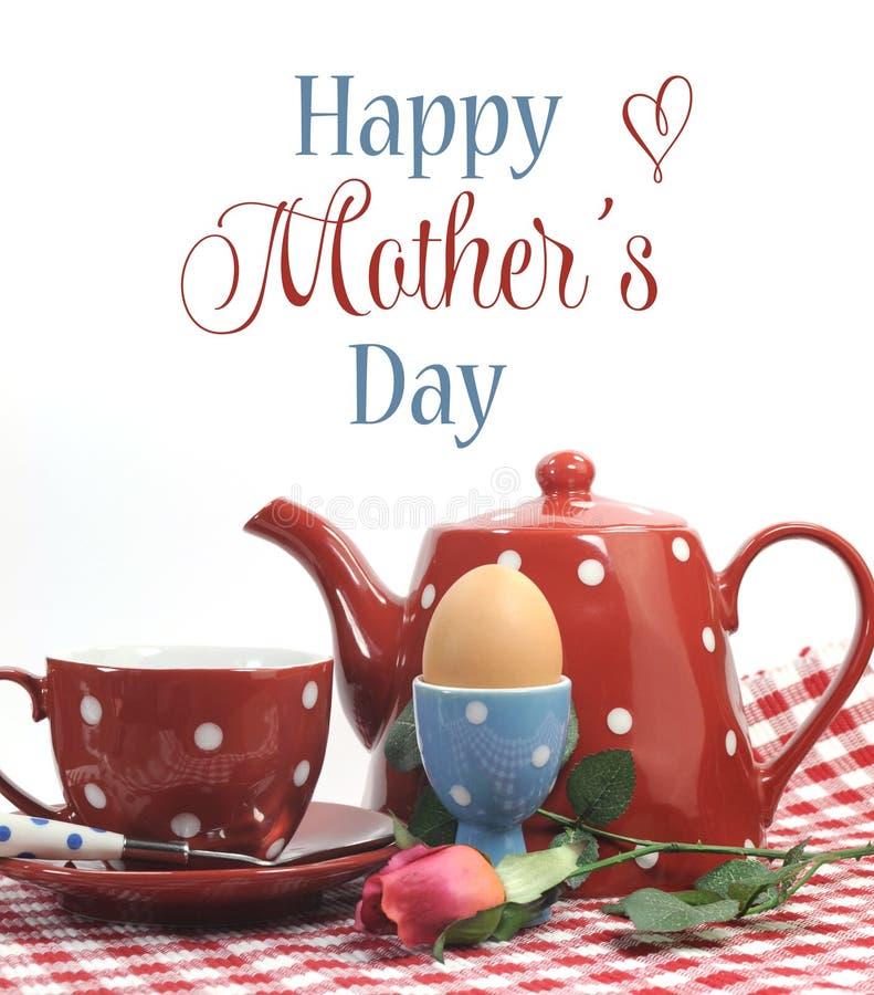 Café da manhã feliz do dia de mães do tema vermelho com texto da amostra fotografia de stock
