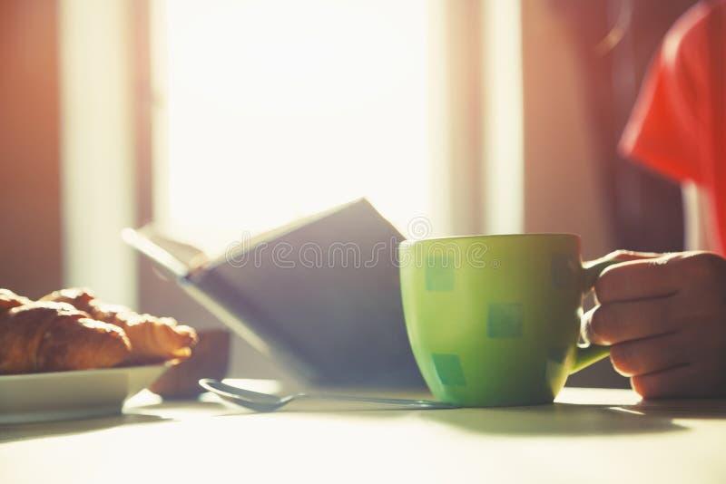 Café da manhã fresco com café e o livro quentes imagens de stock royalty free