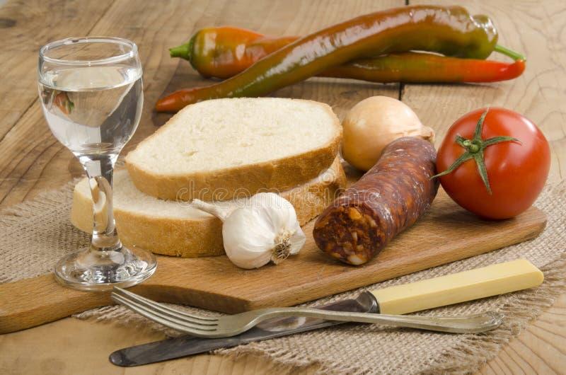 Café da manhã húngaro com kolbasz feito home fotos de stock royalty free