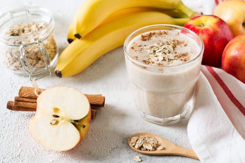 Café da manhã helthy cru do batido da farinha de aveia de Apple e da banana fotos de stock royalty free