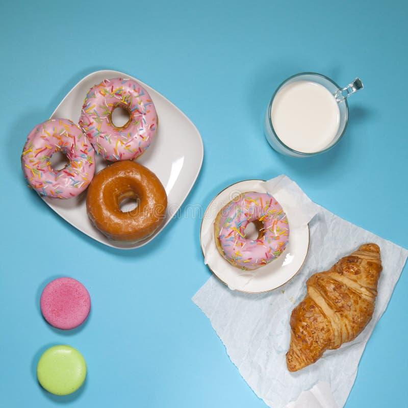 Café da manhã ideal para a energia apropriada para o dia inteiro O café fresco com ordenha e anéis de espuma Imagens do moderno V fotografia de stock