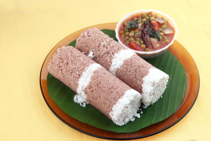 Café da manhã indiano Puttu e caril das ervilhas verdes imagens de stock