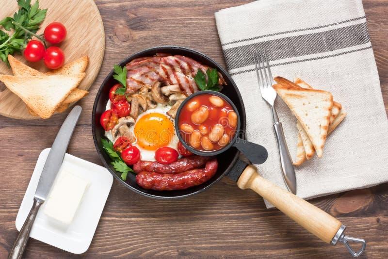 Café da manhã inglês completo tradicional no estilo rústico fotografia de stock