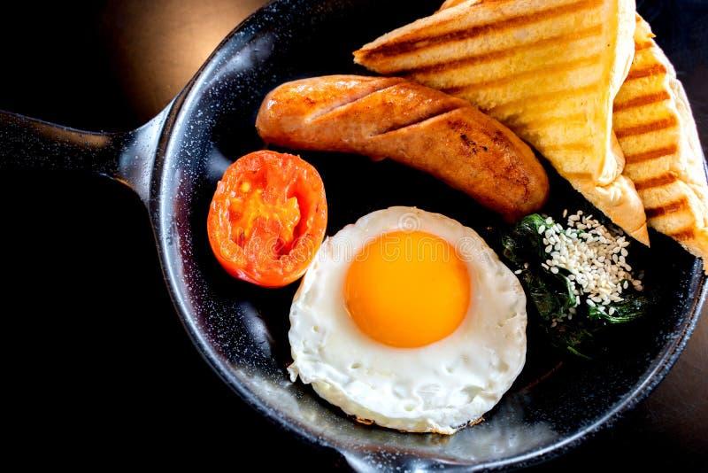 Café da manhã inglês: ovo frito, bacon, salsicha e brinde na bandeja imagens de stock royalty free