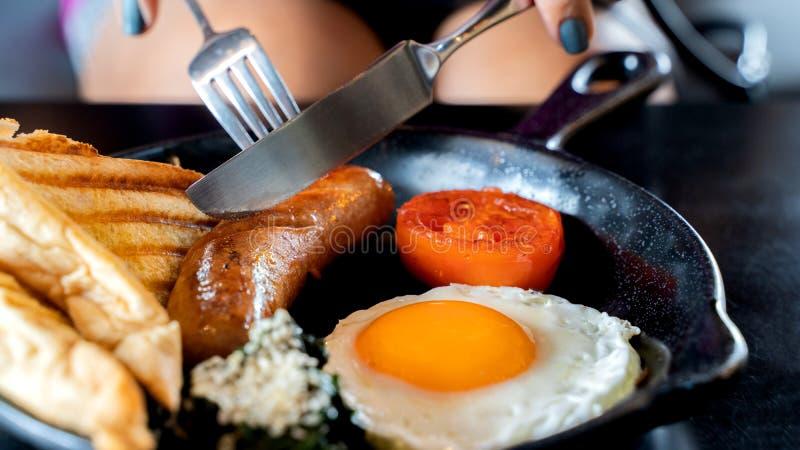 Café da manhã inglês: ovo frito, bacon, salsicha e brinde na bandeja fotos de stock royalty free