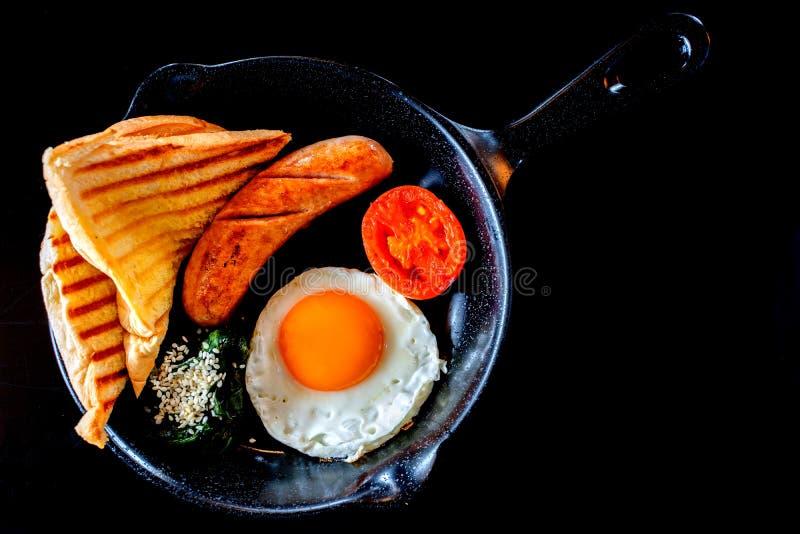 Café da manhã inglês: ovo frito, bacon, salsicha e brinde na bandeja foto de stock royalty free