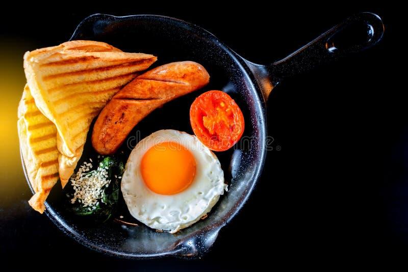 Café da manhã inglês: ovo frito, bacon, salsicha e brinde na bandeja imagem de stock royalty free