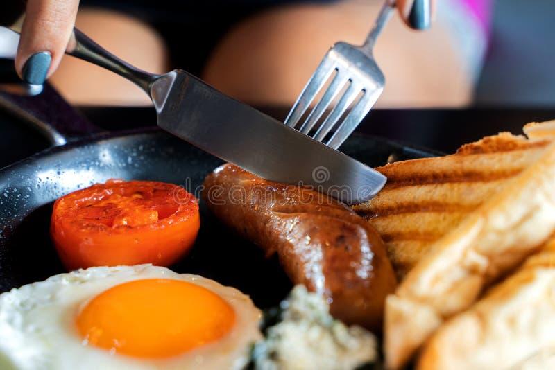 Café da manhã inglês: ovo frito, bacon, salsicha e brinde na bandeja imagem de stock
