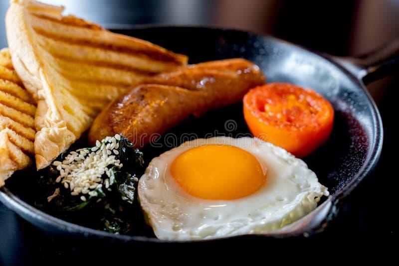 Café da manhã inglês: ovo frito, bacon, salsicha e brinde na bandeja fotos de stock