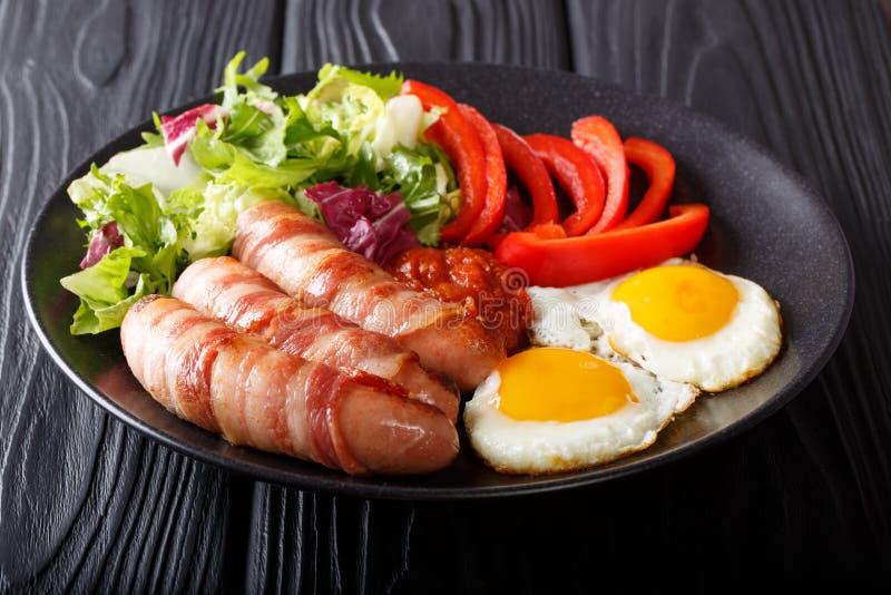 Café da manhã inglês: Porcos nas salsichas fritadas coberturas envolvidas nos vagabundos imagens de stock royalty free