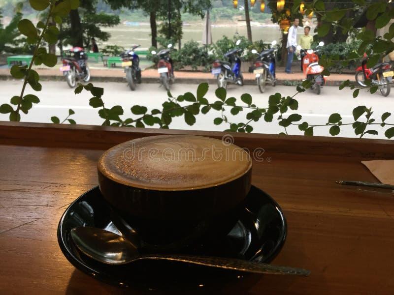 Café da manhã na barra de madeira cappuccino Fundo de Mekong River laos fotografia de stock