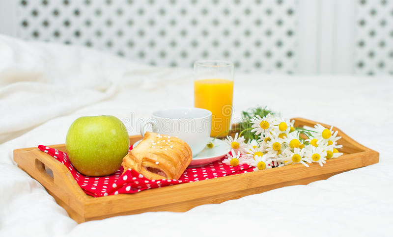 Café da manhã na cama imagem de stock royalty free