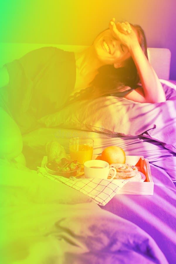 Café da manhã na cama Riso bonito novo da mulher fotografia de stock royalty free