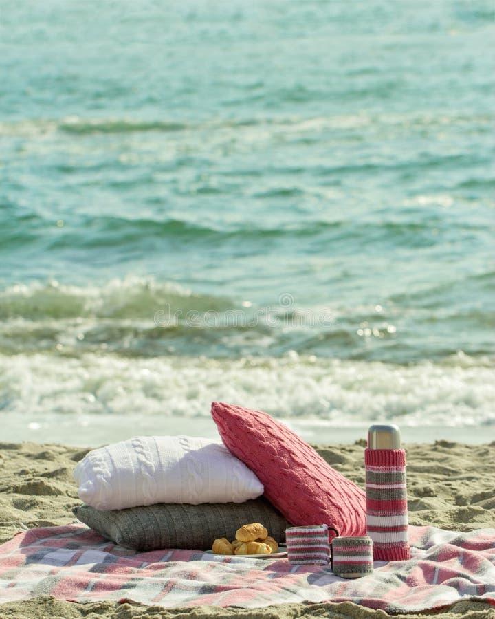 Café da manhã na praia Café e croissant no mar descanso fotografia de stock royalty free