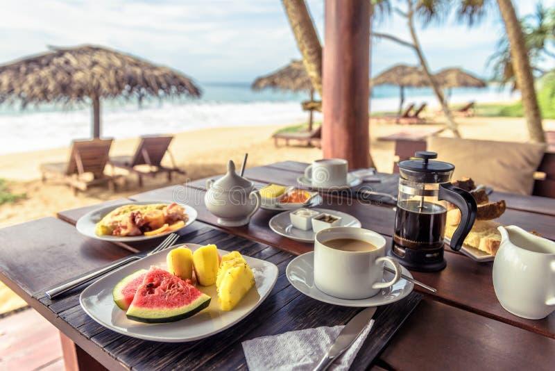 Café da manhã na praia no Sri Lanka Mesa com comida vegetariana e café no restaurante ao ar livre fotografia de stock