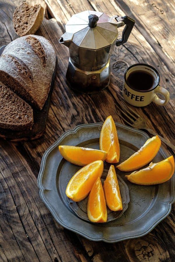 Café da manhã na tabela de madeira Potenciômetro do café, xícara de café, Br do centeio imagens de stock royalty free