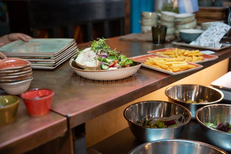 Café da manhã no bufete do restaurante Fritadas e salada imagens de stock