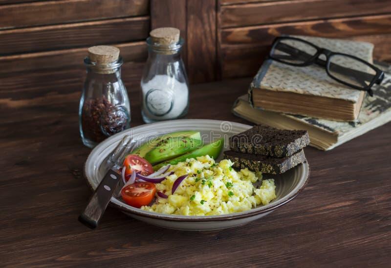 Café da manhã ou petisco saudável - precipitação dos ovos, abacate e tomates de cereja fotografia de stock royalty free