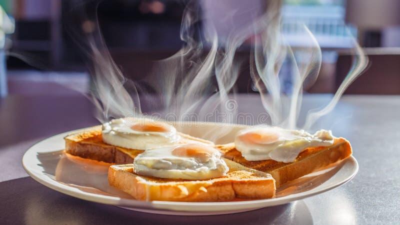 Café da manhã, ovos escalfados no pão brindado fotos de stock royalty free