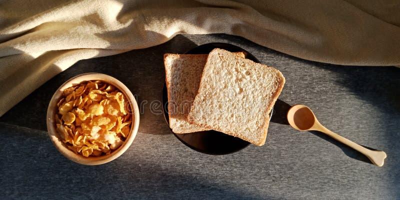 Café da manhã: pão e cereal para a manhã imagem de stock