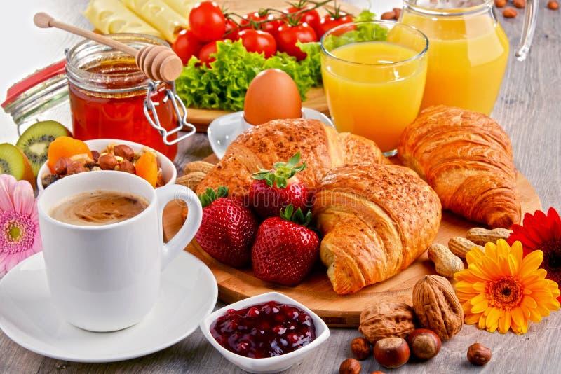Café da manhã que consiste em croissant, café, frutos, suco de laranja imagens de stock royalty free