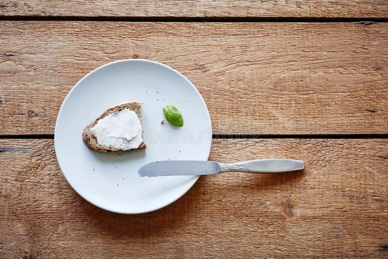 Café da manhã reduzido produzido na placa com faca imagem de stock