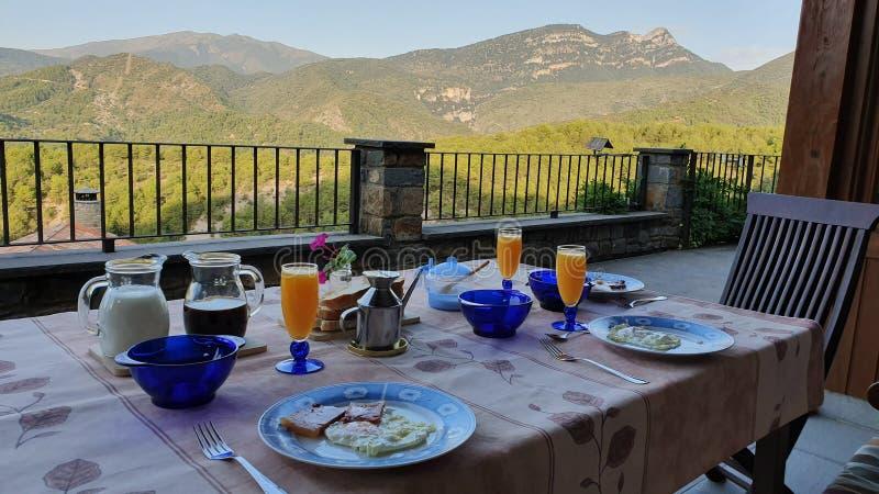 café da manhã rodeado por montanhas fotografia de stock royalty free
