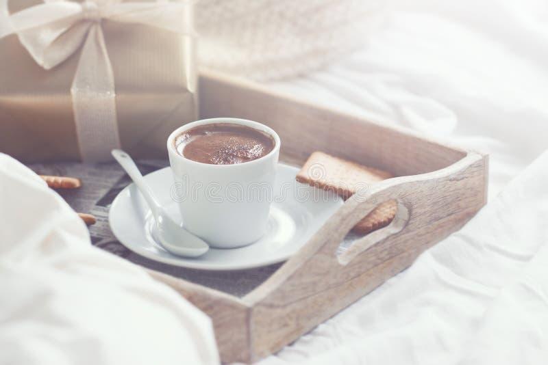 Café da manhã romântico com café, cookies, caixa de presente e luxuoso vermelho fotografia de stock royalty free