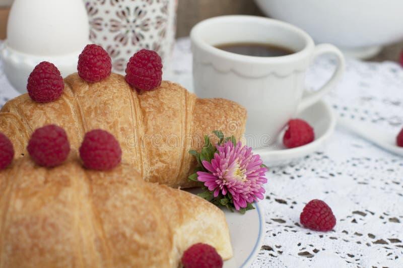 Café da manhã romântico com croissant e bagas imagens de stock royalty free