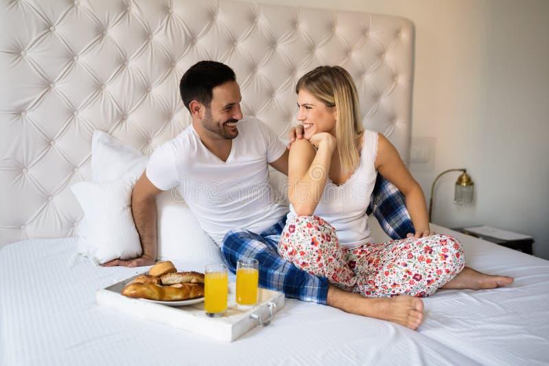 Café da manhã romântico dos pares na cama imagens de stock royalty free