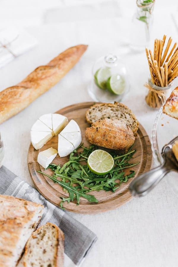 Café da manhã saboroso da manhã com croissant e queijo na tabela fotografia de stock royalty free