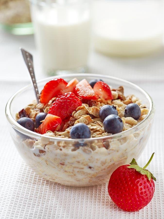 Café da manhã saudável, bacia de muesli com leite fotografia de stock