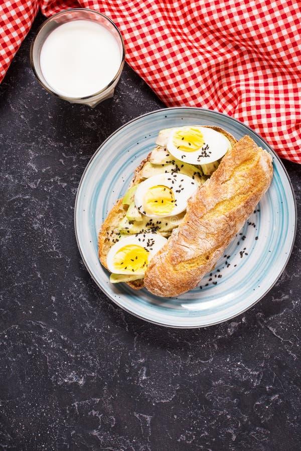 Café da manhã saudável - brinde com abacate, ovo e vidro do leite fotos de stock royalty free
