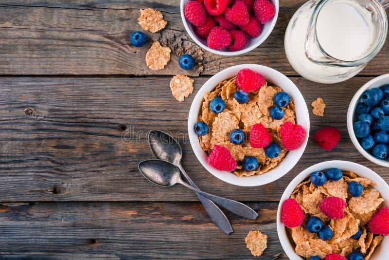 Café da manhã saudável: cereal inteiro da grão com framboesa e mirtilo fotografia de stock royalty free