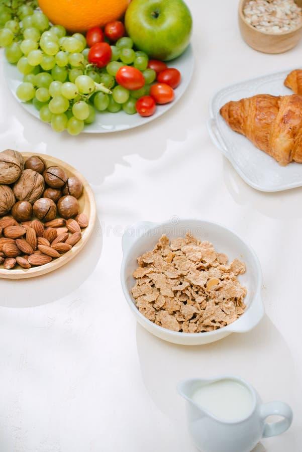 Café da manhã saudável claro com farinha de aveia Hercules, porcas, fruto, ovos cozidos, pão tableware Alimento saudável fotos de stock royalty free