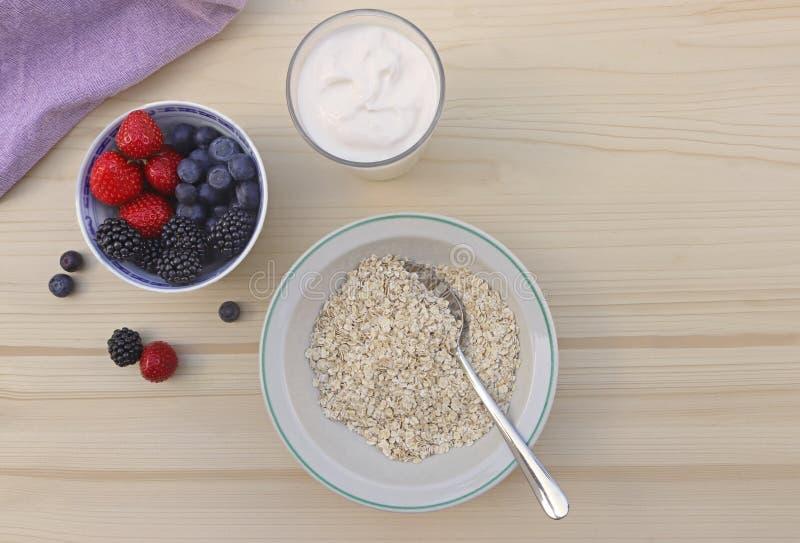 Café da manhã saudável com aveia, iogurte natural e bagas fotos de stock