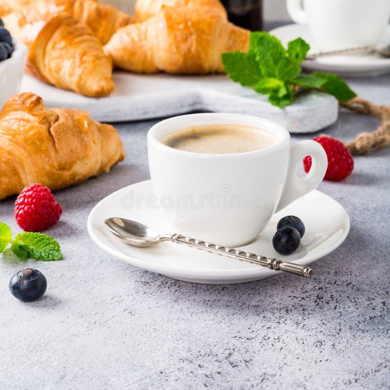 Café da manhã saudável com café e croissant imagem de stock