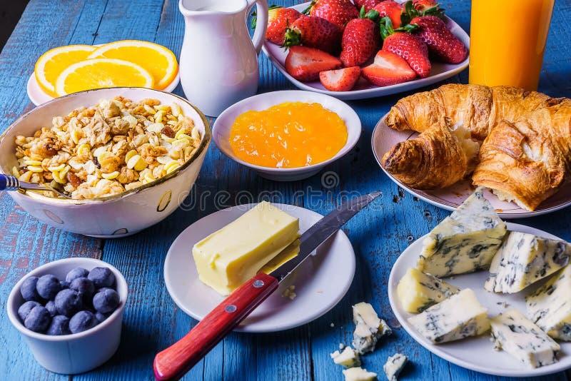Café da manhã saudável com ingredientes orgânicos, no fundo branco fotos de stock royalty free