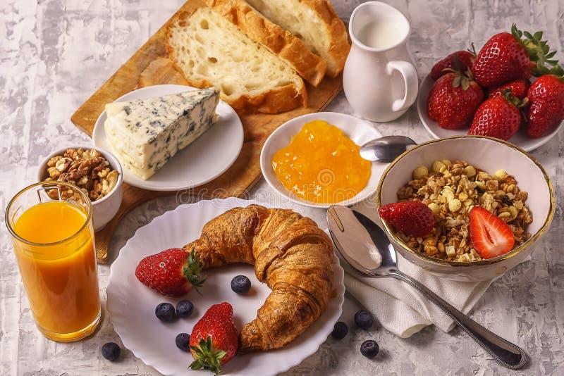 Café da manhã saudável com ingredientes orgânicos, no fundo branco imagem de stock royalty free