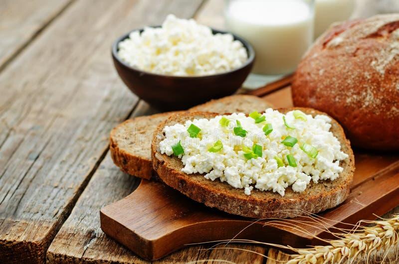 Café da manhã saudável com pão de centeio inteiro da grão, requeijão e foto de stock royalty free