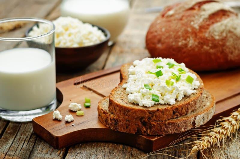 Café da manhã saudável com pão de centeio inteiro da grão, requeijão e imagem de stock