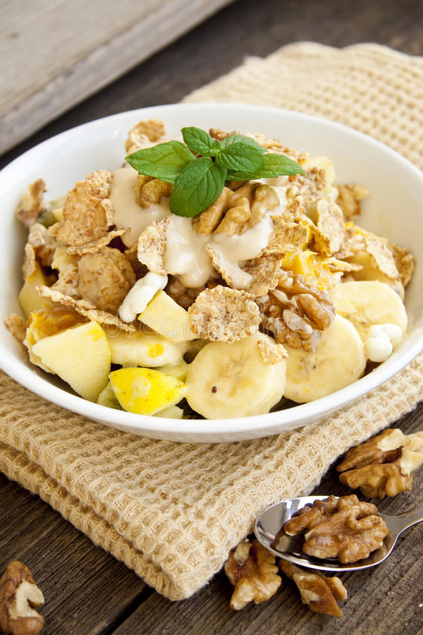 Café da manhã saudável com porcas e frutos fotos de stock royalty free