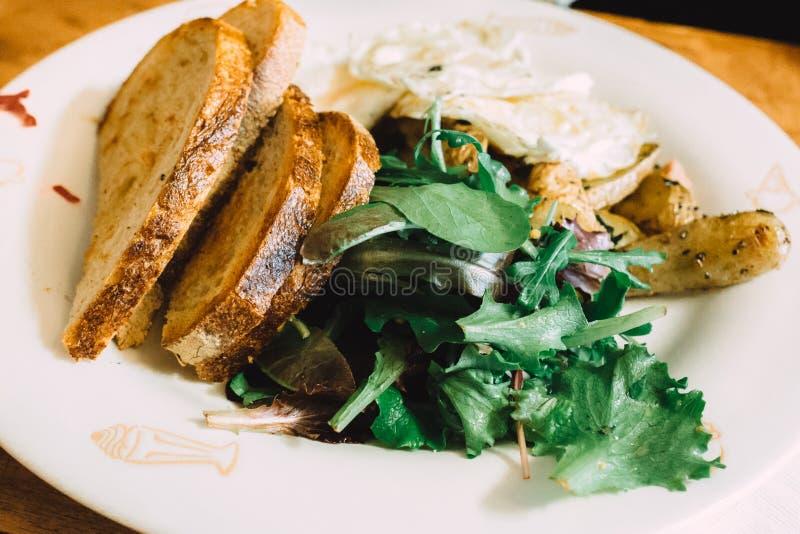 Café da manhã saudável com verdes e brindes imagens de stock royalty free