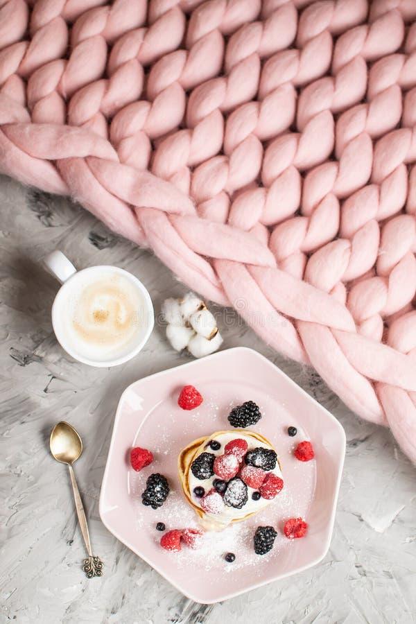 Café da manhã saudável cor-de-rosa pastel do café das bagas do creme de leite da placa da cobertura Merino gigante caseiro de lãs imagem de stock royalty free